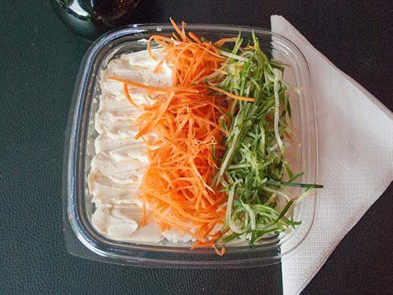Ensalada de sushi con zanahoria, pepino y queso Philadelphia