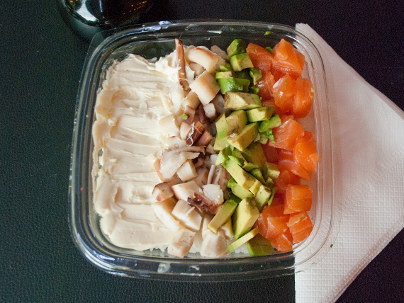 Ensalada de sushi mixta con salmón, pulpo y queso Philadelphia