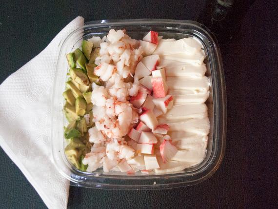 Ensalada de sushi mixta con langostinos, kanikama, palta y queso Philadelphia