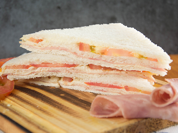 Sándwich triple especial de jamón y tomate (8 unidades)