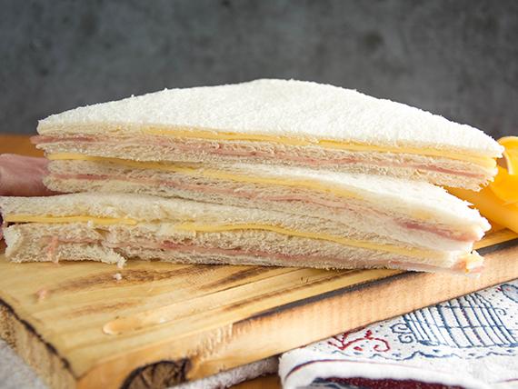 Sándwich triple especial de jamón y queso (8 unidades)