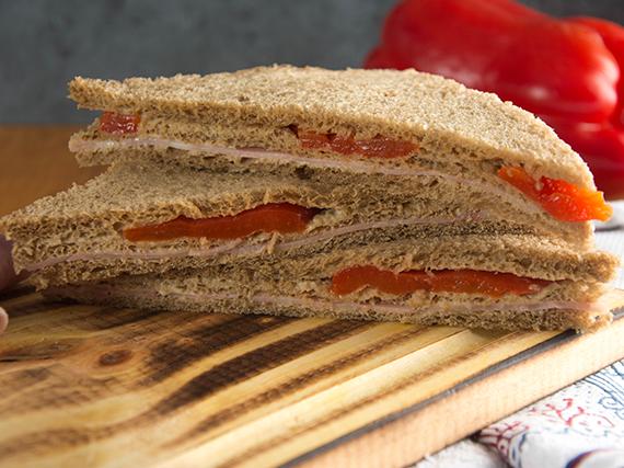 Sándwich triple premium de jamón y morrón (8 unidades)