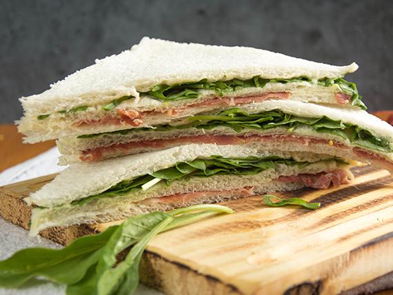 Sándwich triple premium de jamón crudo, rúcula y parmesano (8 unidades)