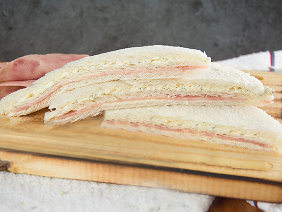 Sándwich triple premium de jamón y roquefort ( 8 unidades)