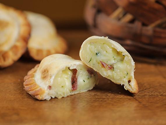 19 - Empanada queso con bondiola