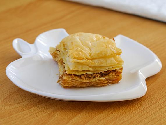 Baclawa dulce a base de hojaldre, almendras, nueces y maní con baño de melado