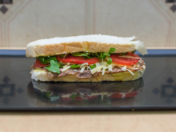 Sándwich de serrano de ternera, rúcula, tomate y queso
