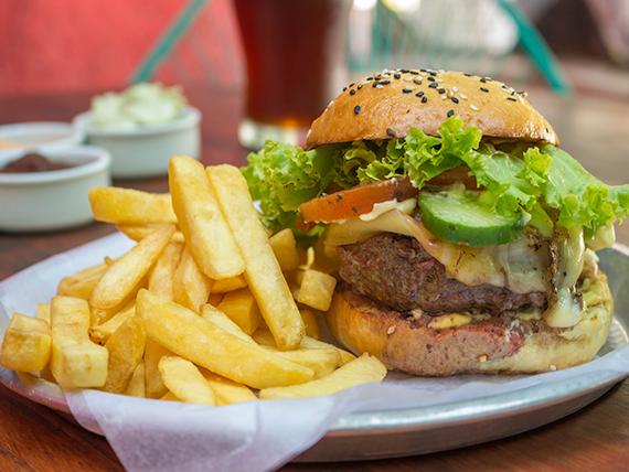 Combo - Hamburguesa + papas fritas + growler lleno