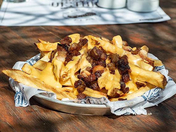 Papas fritas con queso cheddar y panceta (porción)