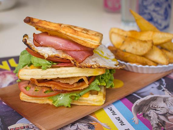 Sándwich club waffle con papas fritas