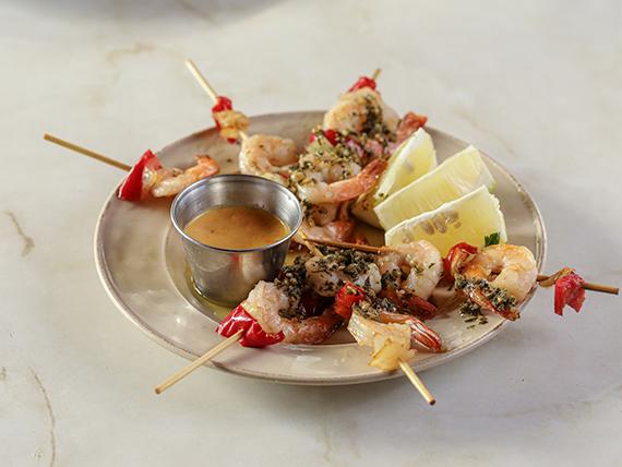 Pinchos de camarón con cebolla y morrón