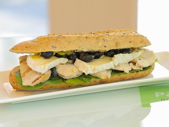Bocatta sándwich de pollo y queso brie