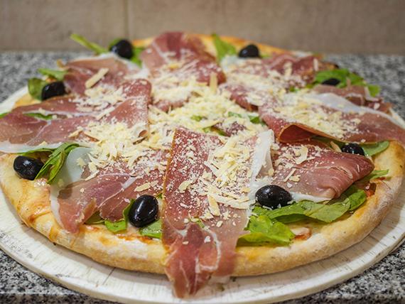 Pizza de jamón crudo con rúcula grande