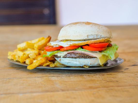 Sandwich de hamburguesa con lechuga, tomate, queso cheddar y panceta