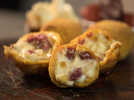 Croqueta de queso con pepperoni