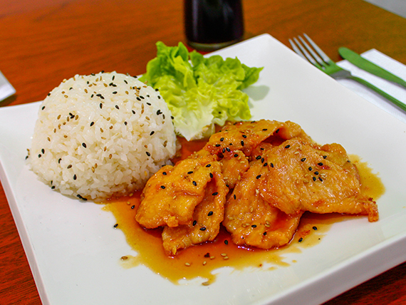 Pollo teriyaki con arroz y sésamo