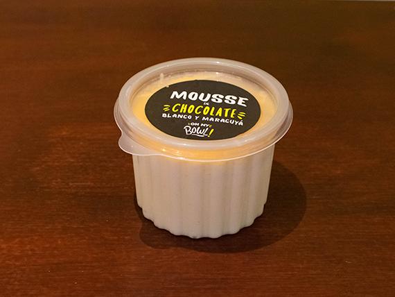 Mousse de chocolate blanco con salsa de maracuyá