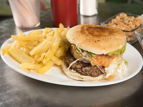 Promo - Sándwich de hamburguesa + papas fritas (porción chica) + bebida en lata