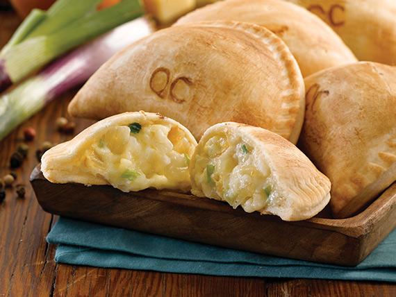 Empanada con queso y cebolla