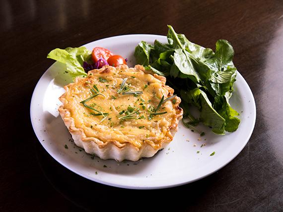Tarta de cebolla, queso y panceta con mix de hojas verdes