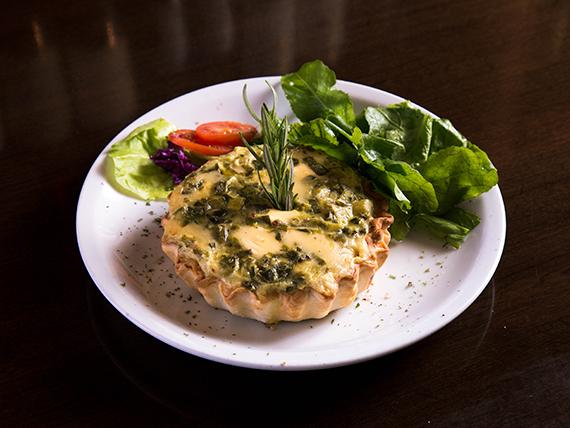 Tarta de puerro con mix de hojas verdes