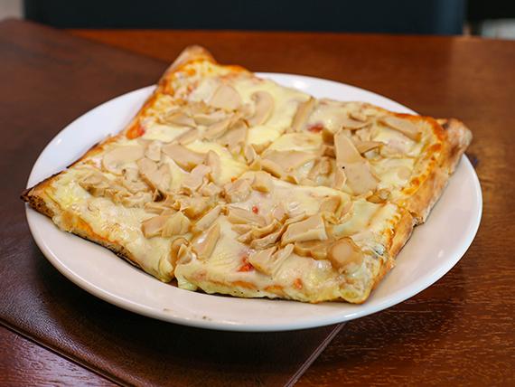 Pizza con mozzarella y champiñón