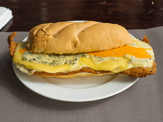 Sándwich de milanesa gourmet a los cuatro quesos
