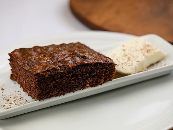 Brownie de chocolate con almendras con helado de crema