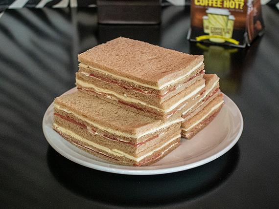 Sándwich triple de jamón crudo en pan negro
