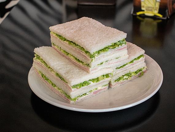 Sándwiches triples de jamón y lechuga