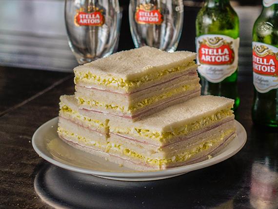 Sándwiches triples de jamón y choclo