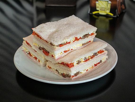 Sándwich triple especial de jamón, morrón y atún