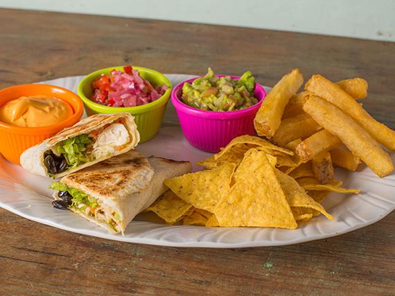 Burrito de pollo con nachos y papas bastón