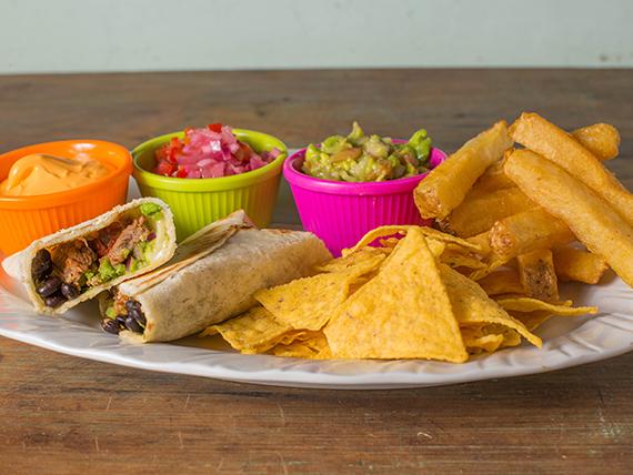 Burrito de ternera con nachos y papas bastón
