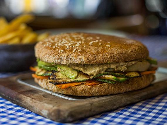 Sándwich bomba veggie + papas fritas