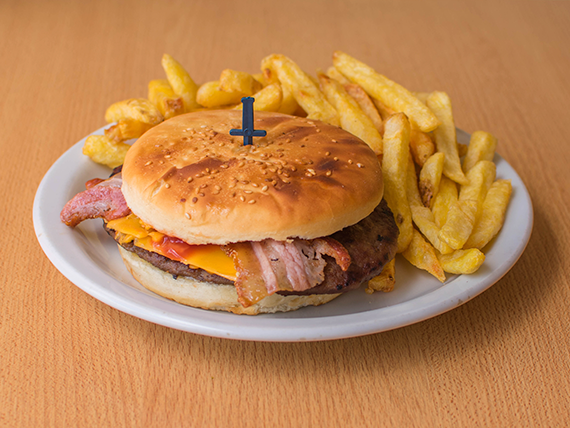 Hamburguesa ranchera con papas fritas