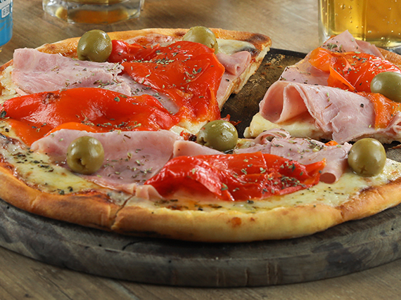 Pizza con jamón de cerdo y morrones