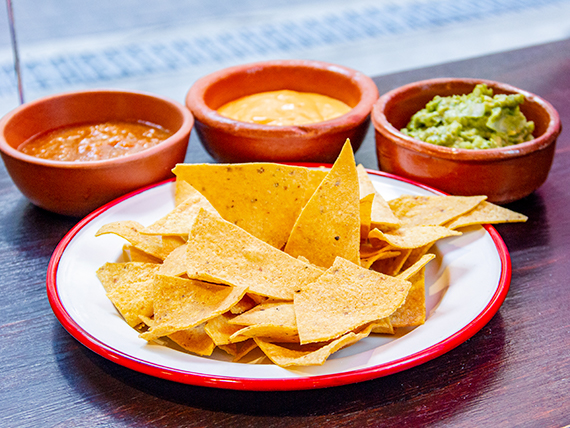 Porción de nachos con salsa