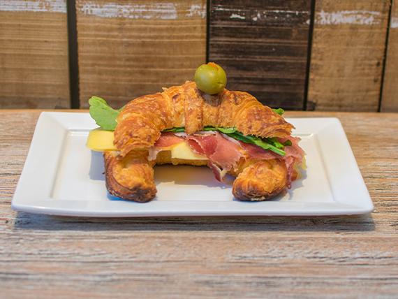 Medialuna gourmet de jamón crudo y queso con manteca