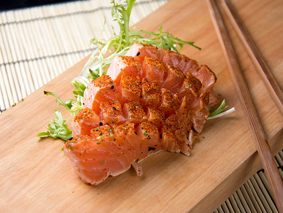 Sashimi especial salmón spicy (5 unidades)