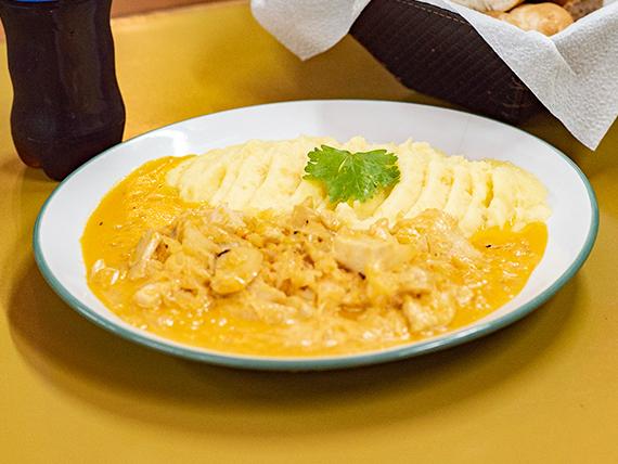 Menú Lunes - Pollo strogonoff con puré de papas  + agua saborizada de 500 ml