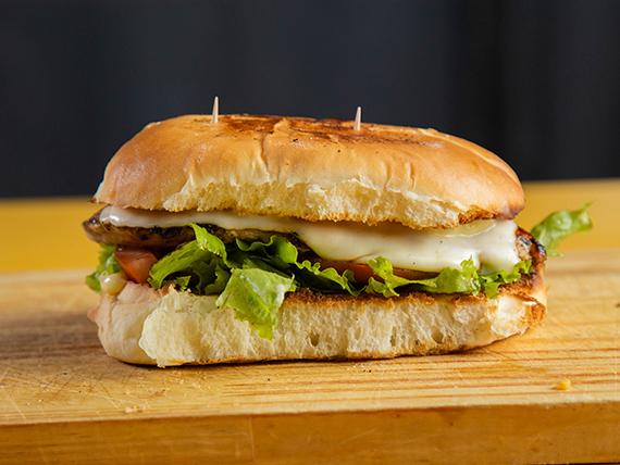 Sándwich de pollo con agua saborizada