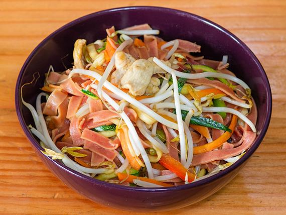 Phad thai con pollo