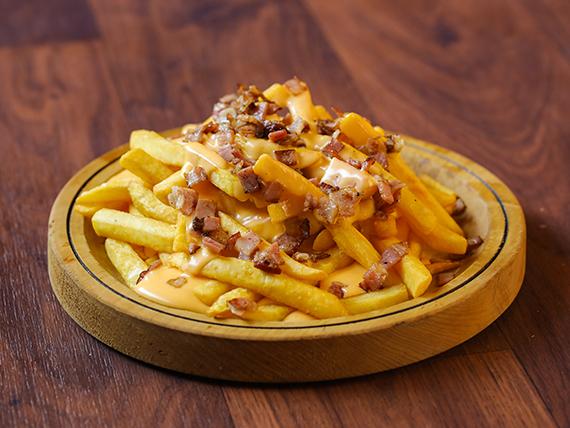 Papas fritas en salsa de queso cheddar con panceta