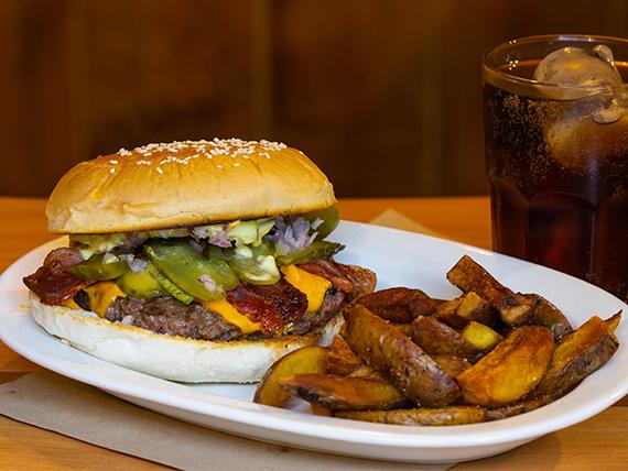 Burger El gallo con papas fritas