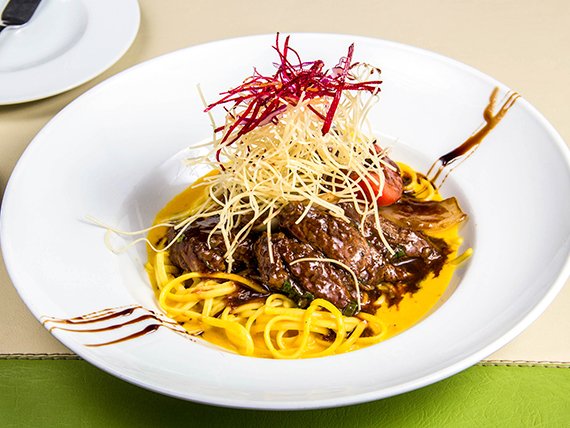 Lomo salteado con spaghetti a la huancaína