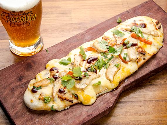 Pan plano con mix de quesos ,morrón asado, cilantro, lima y pollo asado