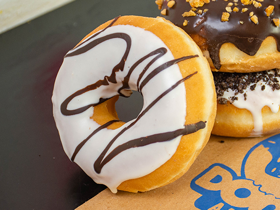 Donut de chocolate blanco y chocolate negro