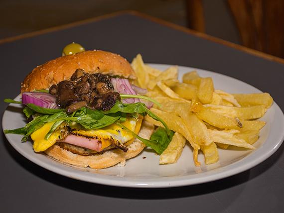 Hamburguesa moderna con papas fritas