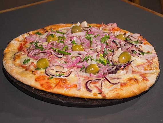 Pizza con panceta y cebolla